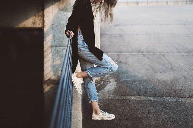 足の細い女性